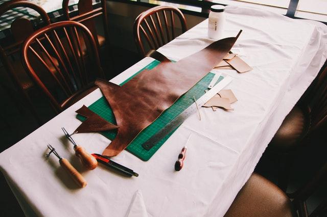 le travail du cuir pour fabriquer des bracelets